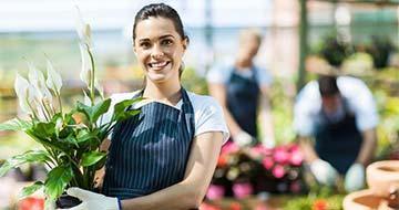 femme fleurs bouquet entrepreneur