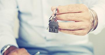 Imade d'un porte clés maison avec une main qui tient le porte clés