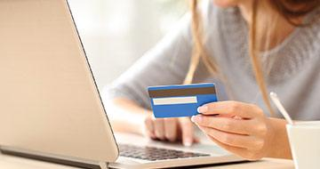 femme payant en ligne