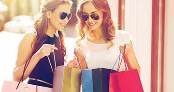 jeunes femmes faisant les boutiques