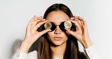 fille avec deux Bitcoins